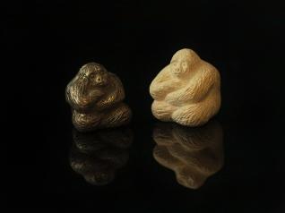 Snidade förlagan till höger och det gjutna resultatet i silver