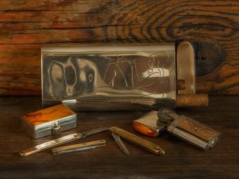 Cigarrfodral, dosa och bensintändare i silver/Bärnsten samt några miniatyrfällknivar