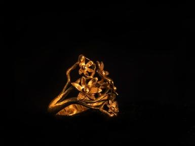 Ring i guld med pånitade blommor