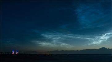 Själva ljusspelet på pylonerna var inte jätte-imponerande och man undrade lite om de hade teknikstrul då det bara lyste vitt långa perioder, däremot var de nattlysande molnen spektakulära och bakom mig steg en magnifik fullmåne över Lernacken.